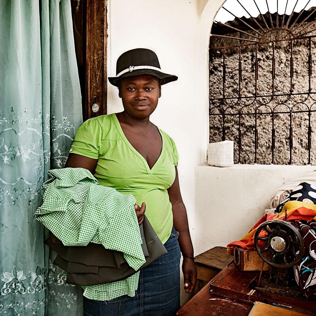 Pierre Mylene (31) war 14, als sie Straßenkind wurde. Sie verdiente ihr Geld lange Zeit mit Prostitution. Von verschiedenen Freiern bekam sie drei Kinder. Der Vater ihres vierten Kindes war ihr Mann, der sie allerdings nach der Geburt verließ. Heute verdient sie ihr Geld als Näherin und lebt mit ihren vier Kindern in einem Häuschen bei ihrer Schwester, mit der sie sich auch eine Nähmaschine teilen kann. Durch die Anschubfinanzierung von LESPWA e.V. konnte sie sich eine Grundausstattung an Stoffen und Garn kaufen.